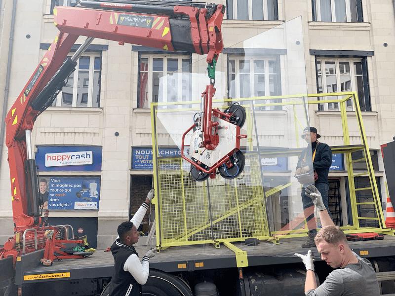 Remplacement et pose de vitrage grand format pour une vitrine centre-ville de Nantes - Menuiserie Miroiterie Nantaise - Dépannage en vitrerie et miroiterie à Nantes et Ancenis en Loire-Atlantique (44)