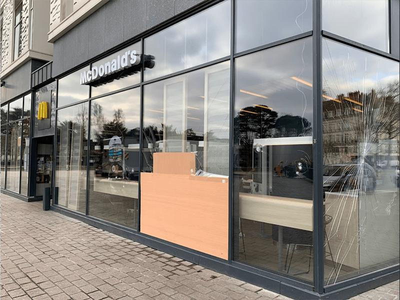 Prise de mesures et établissement d'un devis pour le remplacement de divers vitrages au Mac Donald's du Carré Feydeau - Menuiserie Miroiterie Nantaise - Dépannage en vitrerie et miroiterie à Nantes et Ancenis en Loire-Atlantique (44)