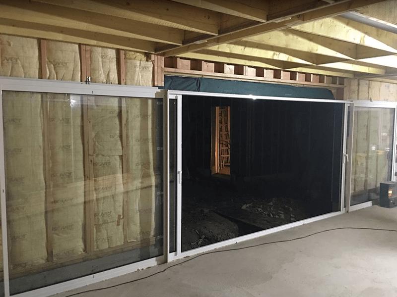 Pose d'une baie vitrée à galandage dans un agrandissement à Ancenis (44) - Menuiserie Miroiterie Nantaise - Dépannage en vitrerie et miroiterie à Nantes et Ancenis en Loire-Atlantique (44)